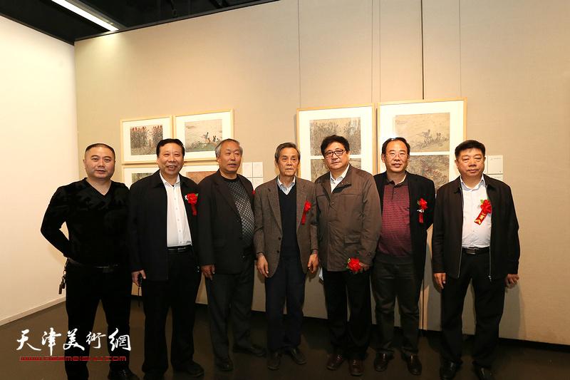 左起:曲卫东、杨利民、唐云来、曹德兆、卞昭宏、张养峰在画展现场。