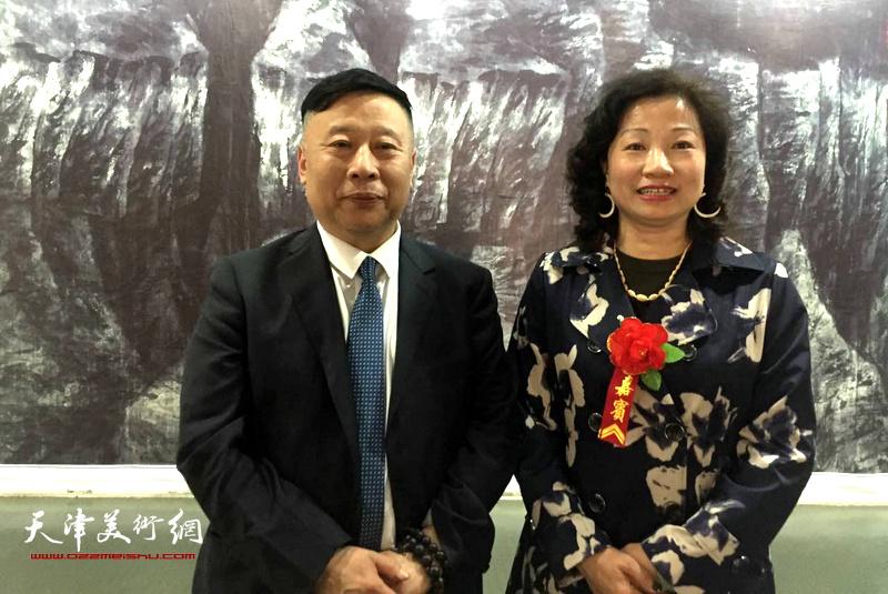 吕大江、王霭馨在画展现场。