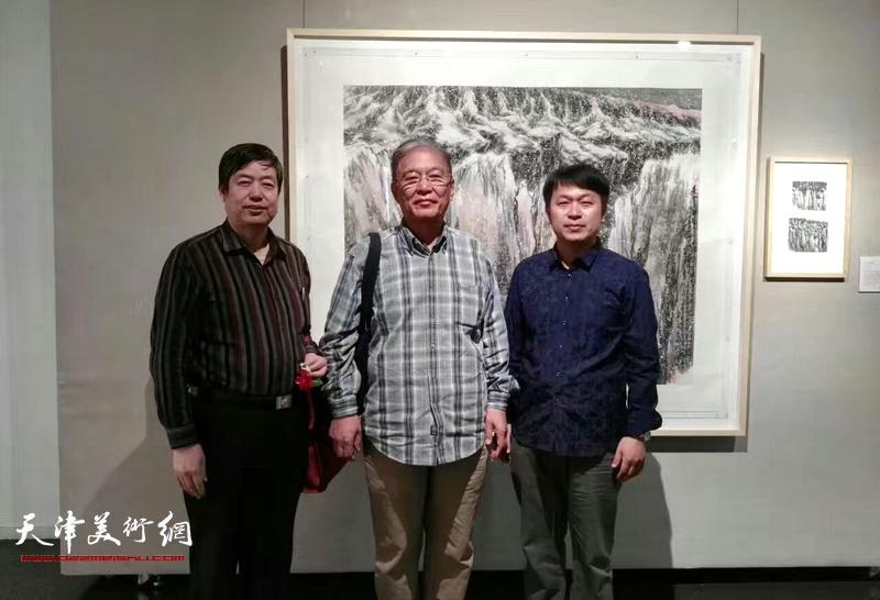 何延喆、陈元龙、张洪春在画展现场。