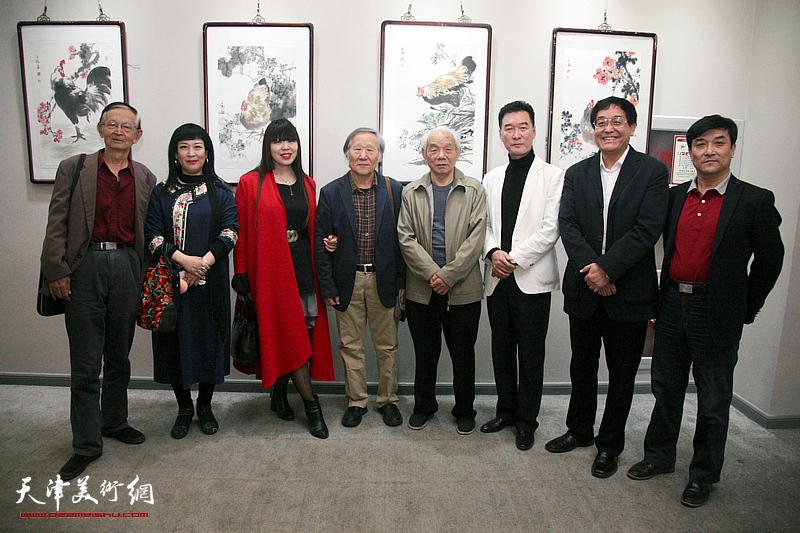 左起:房师武、黄雅丽、肖冰、姬俊尧、纪振民、陈之海、贾建茂、王群英在画展现场。