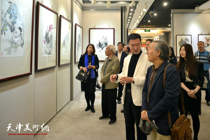 陈之海陪同纪振民、姬俊尧等来宾观看展出的作品。