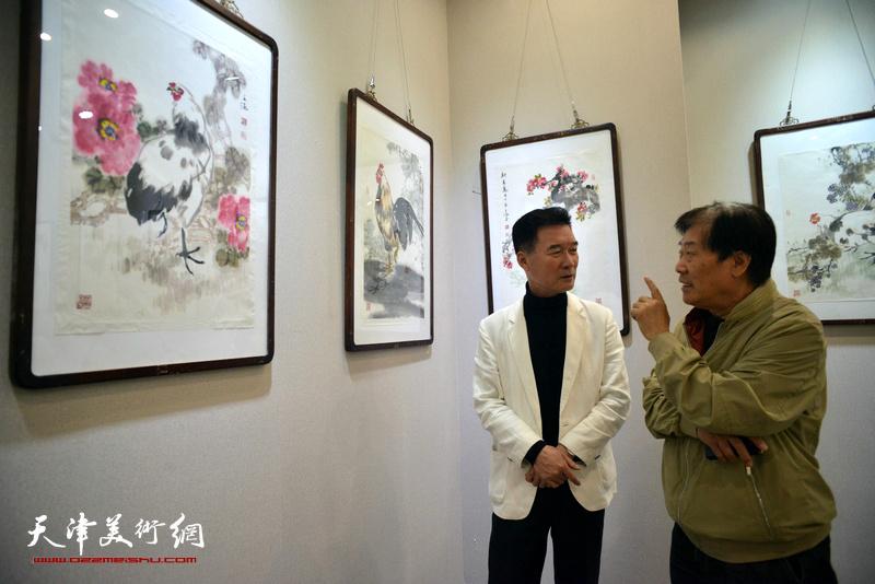 王峰、陈之海观看展出的作品。
