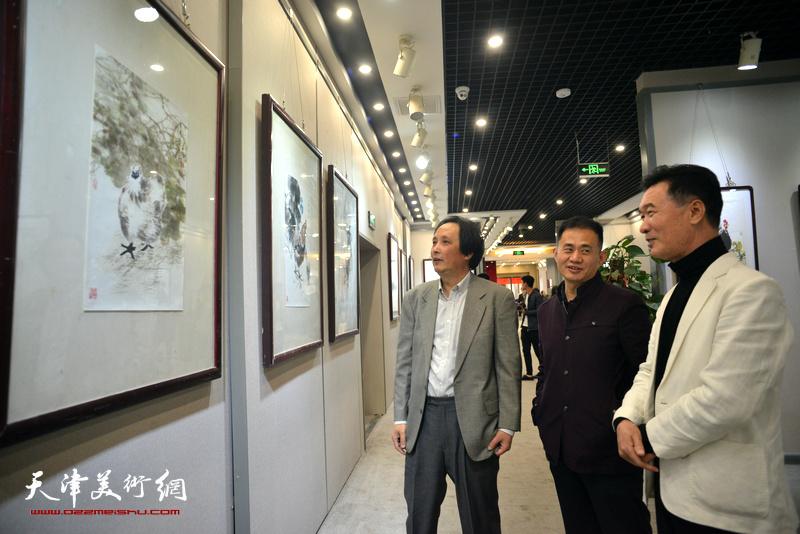 陈之海、杨雷鸣、杨永茂观看展出的作品。