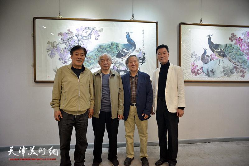 纪振民、姬俊尧、王峰、陈之海在画展现场。