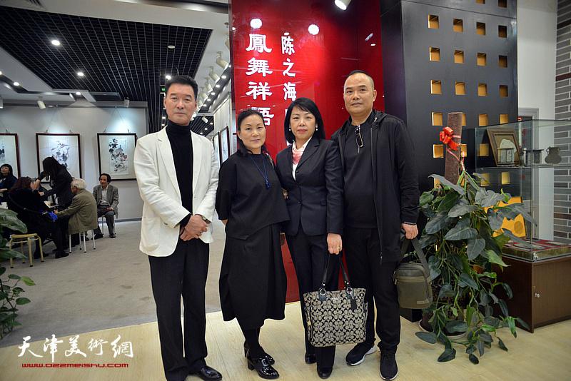 陈之海、郭洪燕、郭妙毅、李春英在画展现场。