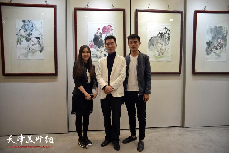 陈之海与弟子黄欣月、赵今墨在画展现场。