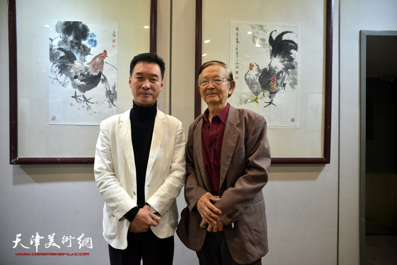 陈之海与房师武在画展现场。