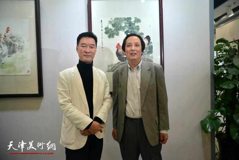 陈之海与杨永茂在画展现场。