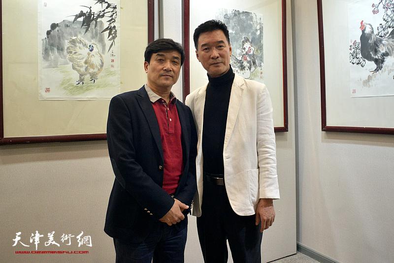 陈之海与王群英在画展现场。