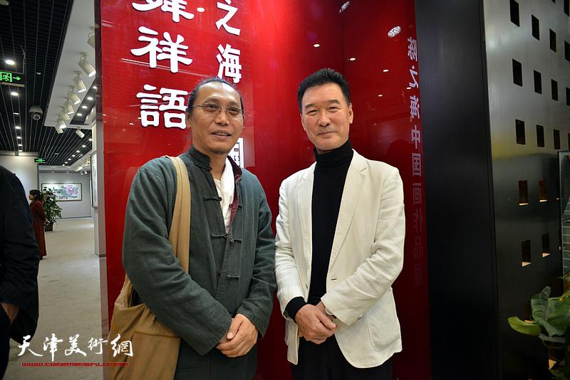 陈之海与刘砚山在画展现场。