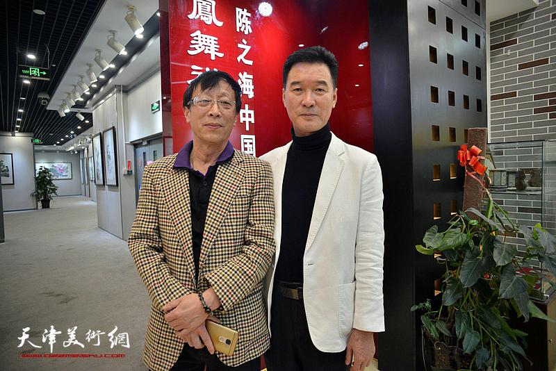 陈之海与刘伯在画展现场。
