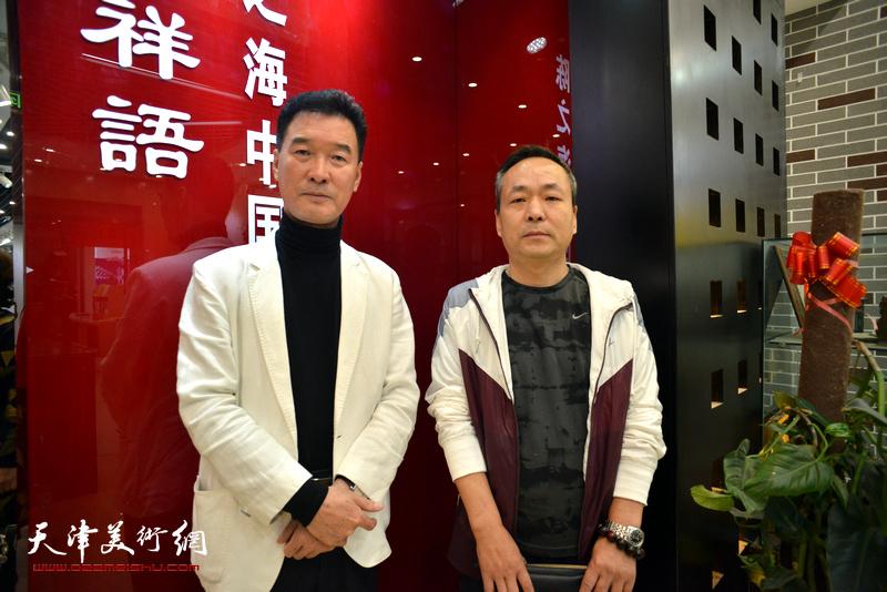 陈之海与祁金楷在画展现场。