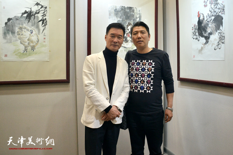 陈之海与杨喜政在画展现场。