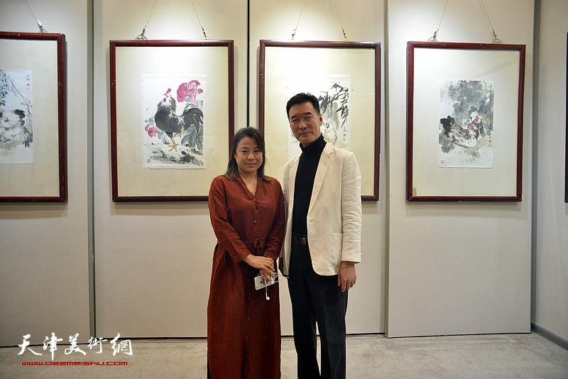 陈之海与龙吟风在画展现场。