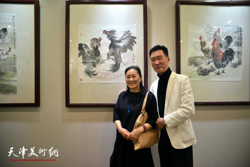 陈之海与夫人郭洪燕在画展现场。