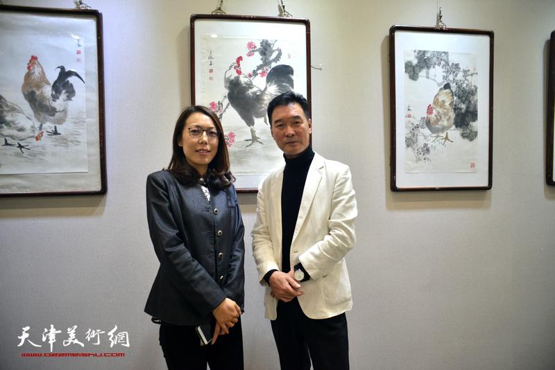 陈之海与于梅在画展现场。