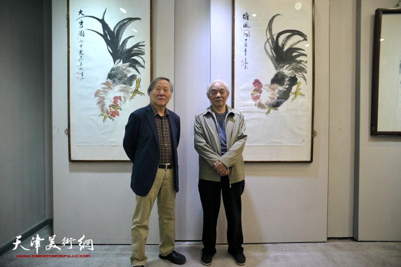 纪振民、姬俊尧在画展现场。