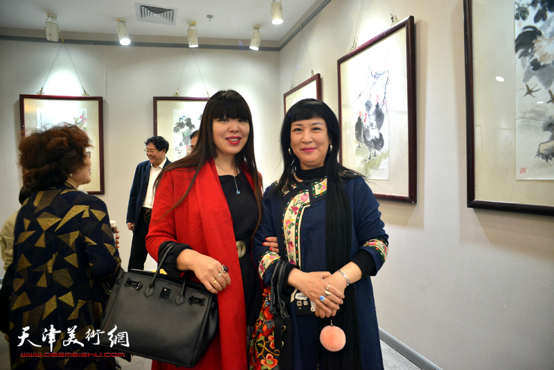 肖冰、黄雅丽在画展现场。