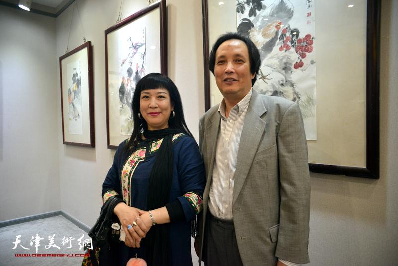 杨永茂、黄雅丽在画展现场。