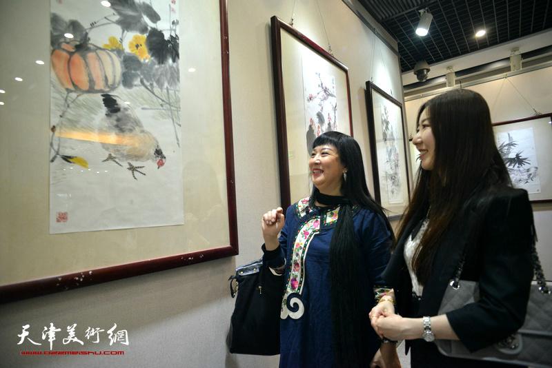 黄雅丽、黄欣月在画展现场。