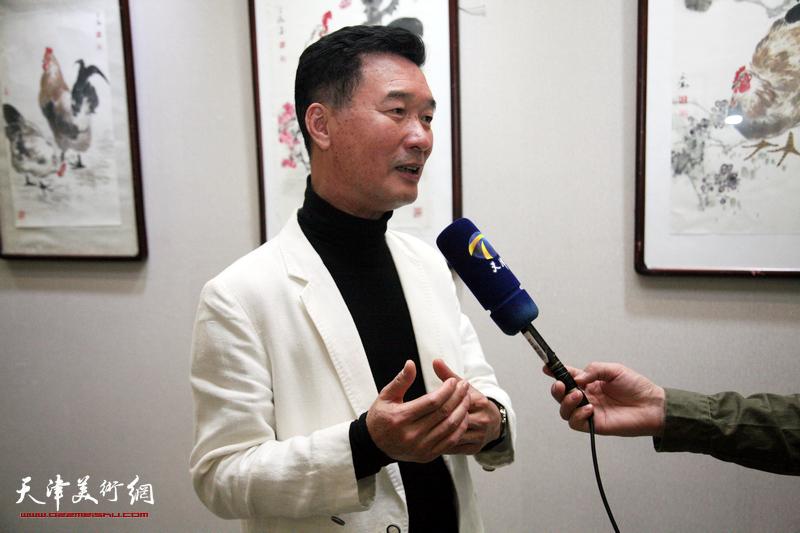 陈之海在画展现场接受媒体采访。