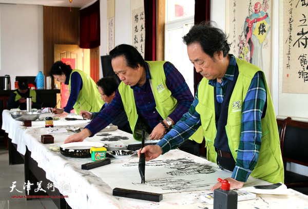 王寅、刘正、纪荣耀在企业组织的笔会上。
