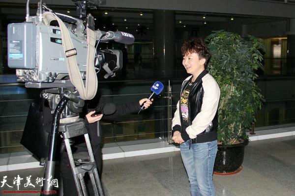 接受滨海电视台采访的滨海青年书法家李屹