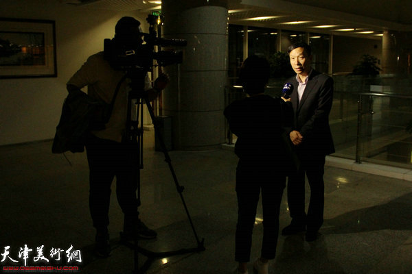 接受滨海电视台采访的天津文联副主席、天津书法家协会常务副主席张建会老师