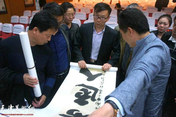 天津书协常务副主席张建会老师为书法爱好者点评书法作品