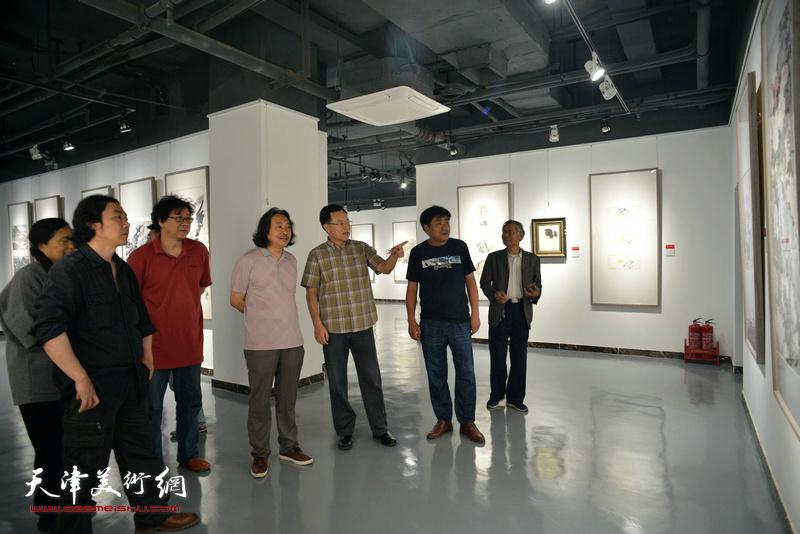 贾广健、张桂元、晏平等在观看展出的作品。