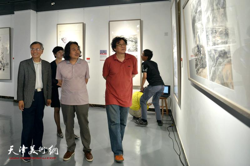贾广健、晏平、张春燕在观看展出的作品。
