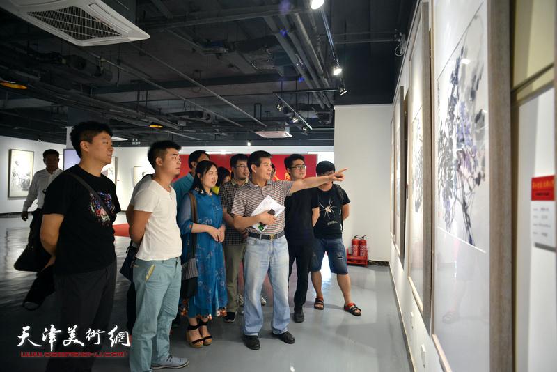 范扬与青创中心的青年国画家观看展出的作品。