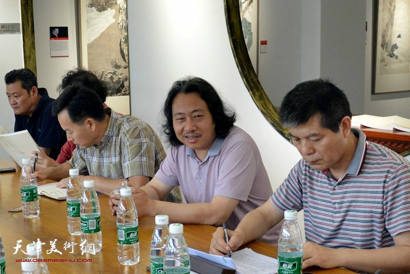"""贾广健在""""深入生活、扎根人民——天津画院写生作品展座谈会""""上。"""