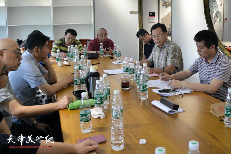 """张桂元在""""深入生活、扎根人民——天津画院写生作品展座谈会""""上。"""