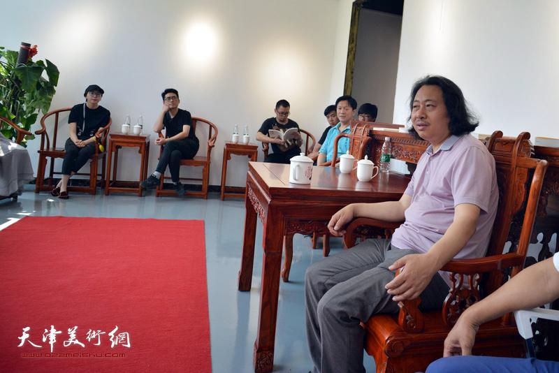 贾广健与青创中心的青年国画家进行交流。