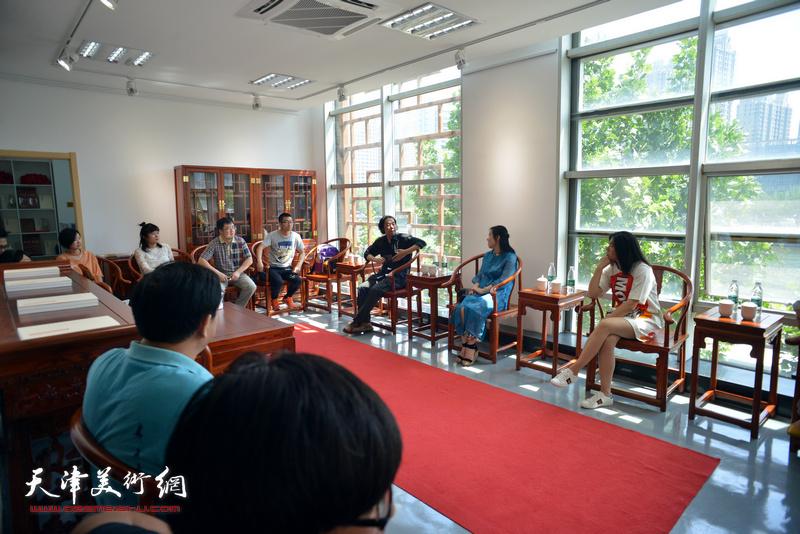 青创中心的青年国画家们进行座谈交流。