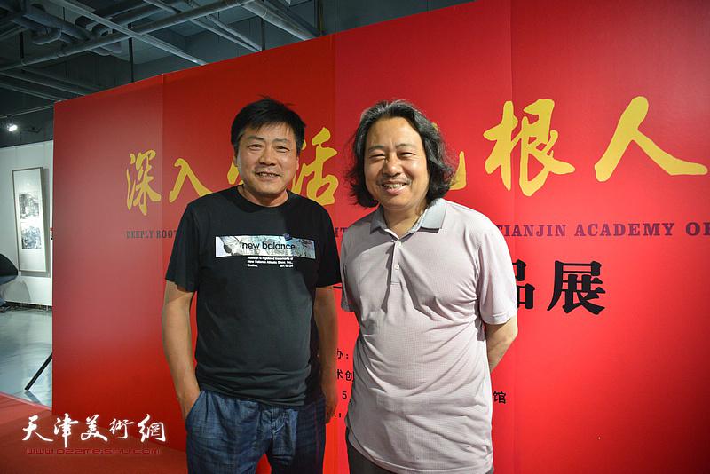贾广健、张运河在画展现场。