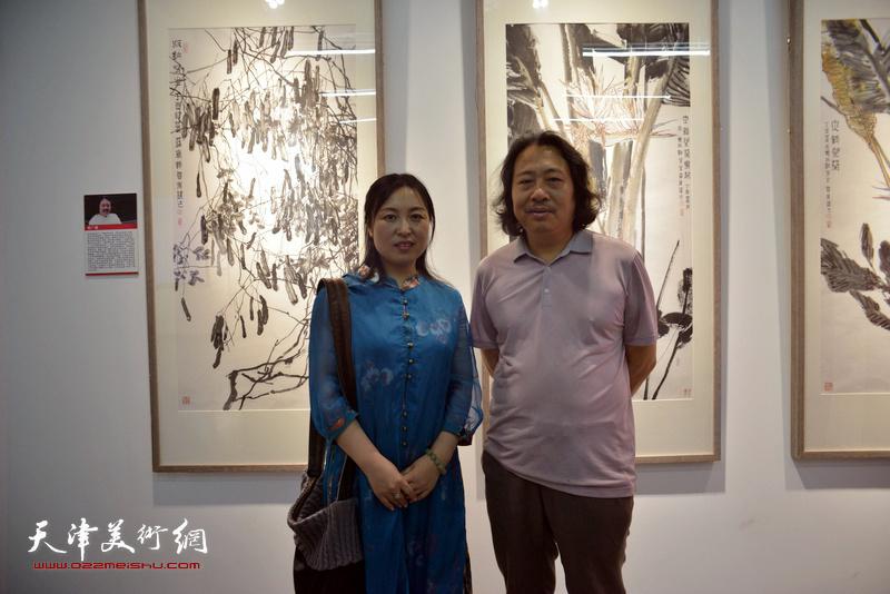 贾广健、于栋华在画展现场。