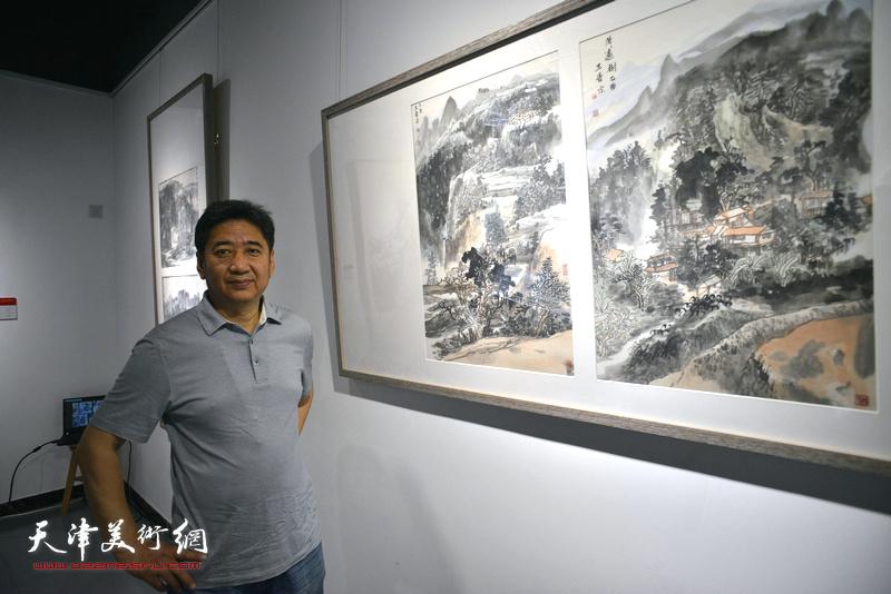 王爱宗在画展现场。