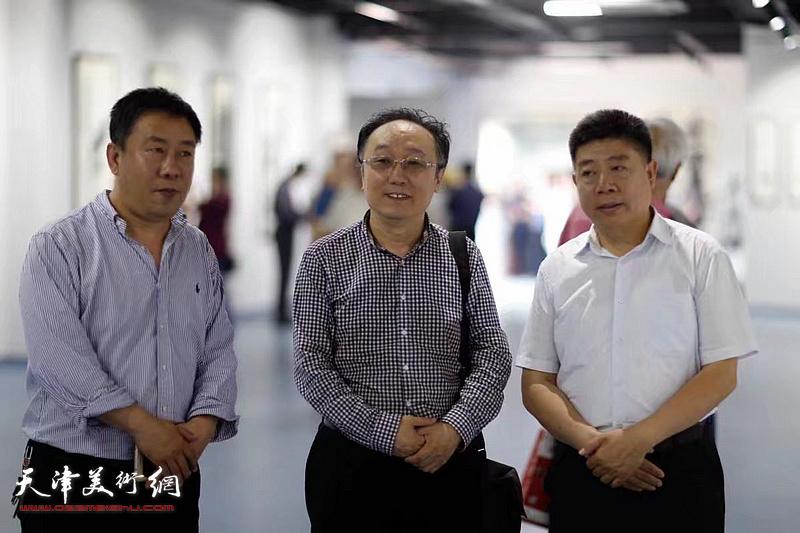 左起:袁卫平、何东、张养峰在展览现场。