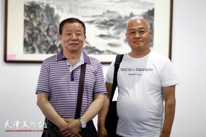 高凤楼、杨国栋在展览现场。