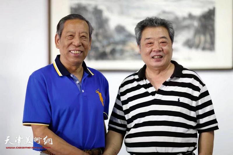 王其华、佟有为在展览现场。