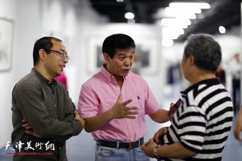 范扬、姜志峰在展览现场。