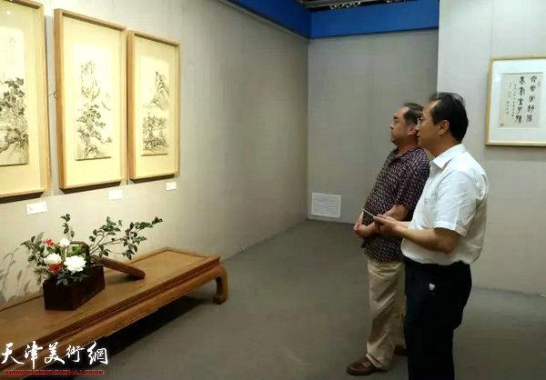 国家博物馆副馆长李六三在恭王府博物馆副馆长边伟的陪同下观看展览。