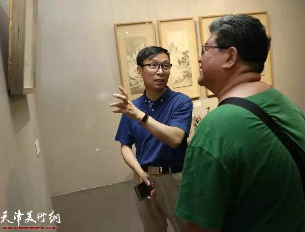 中国书法家协会副主席、天津文联副主席张建会观看展览