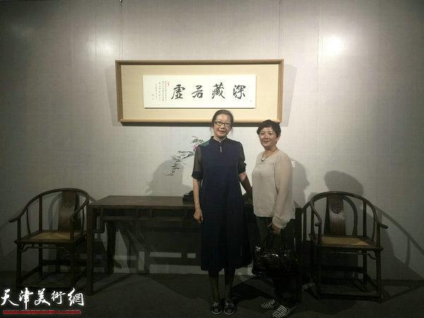 张牧石女儿张秀颖与张伯驹先生的外孙女在展览现场。