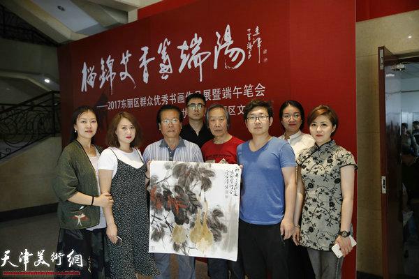 吕宝珠、王佩翔合作《秋颜》并与东丽区美术馆工作人员在现场。