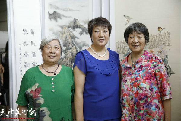 东丽画家林慧茹,王桂英,宋文澜在书画展现场.