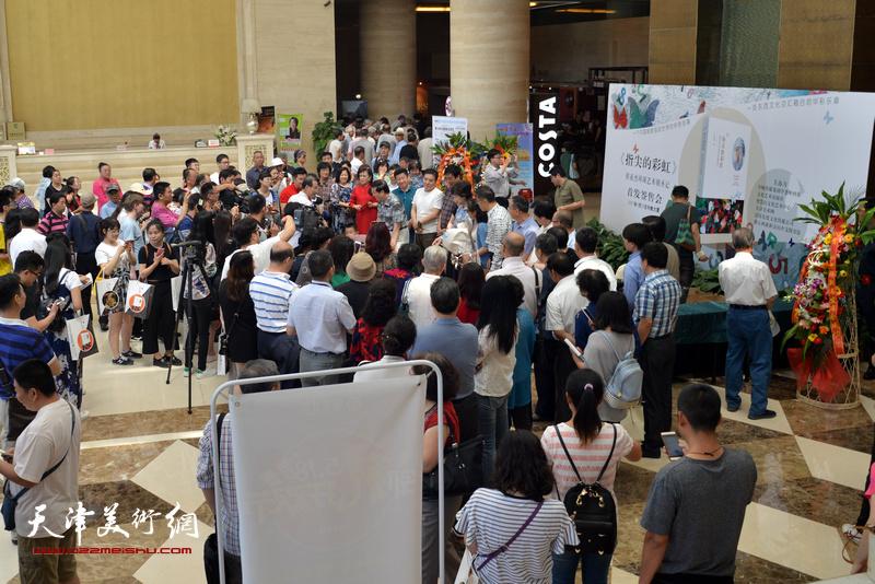 《指尖的彩虹——程亚杰环球艺术朝圣记》在今晚大厦举办首发签售活动。