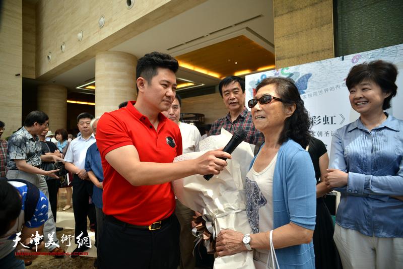 主持人朱懿现场采访路玉兰。